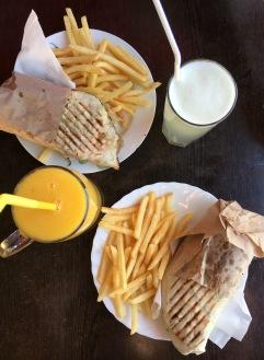 Falafel Sandwich mit Pommer und frisch gepressten Säften